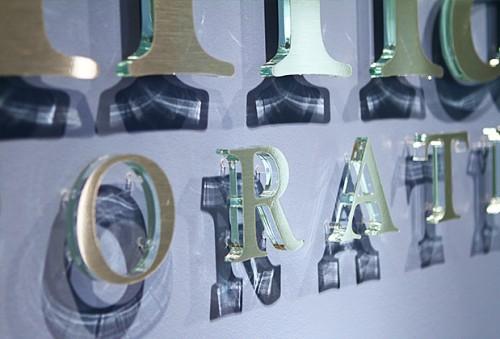 Biển nền kính chữ nổi Mica